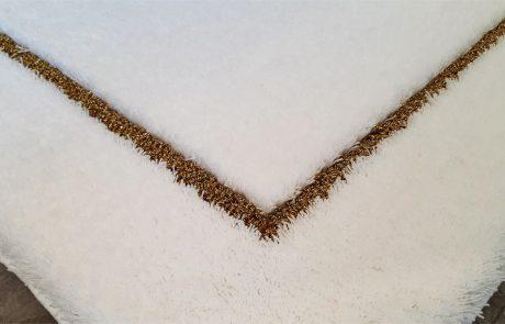Badteppich nach Maß - Florhöhe 25mm Velours in Kombination mit Gold Lurex in 9mm als Schlingenkontur - Detail