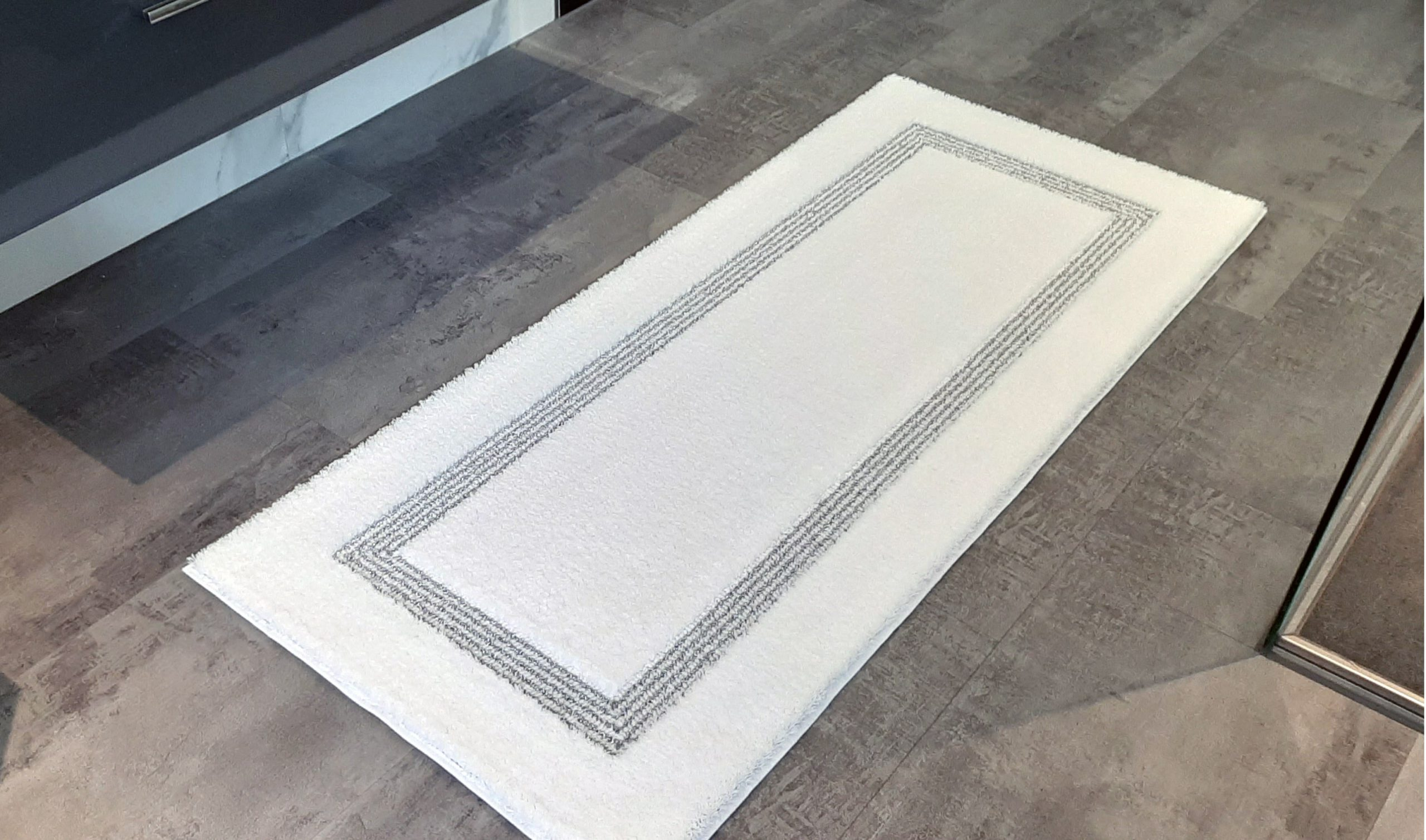 Badteppich 70 x 145cm weiß mit silber lurex in Schlinge